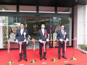 左から山田社長、伏見枚方市長、南日ぺHD常務執行役員