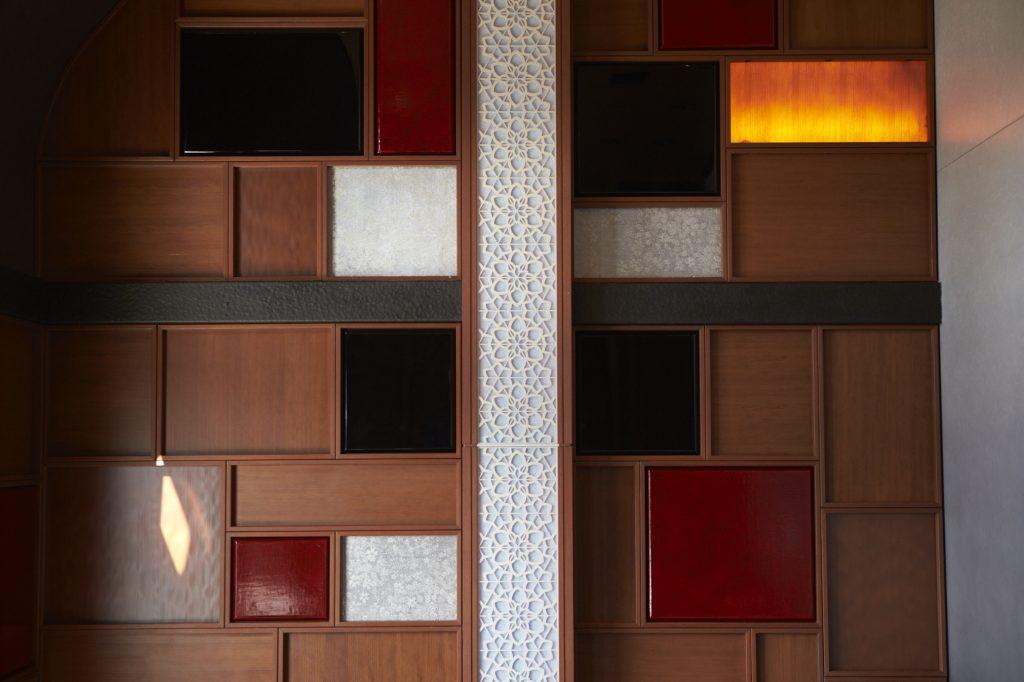 「上質な空間」を演出する漆塗りパネル壁材(JR東日本提供)