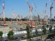 大型クレーンが林立し、工事が進む新国立競技場の建設現場