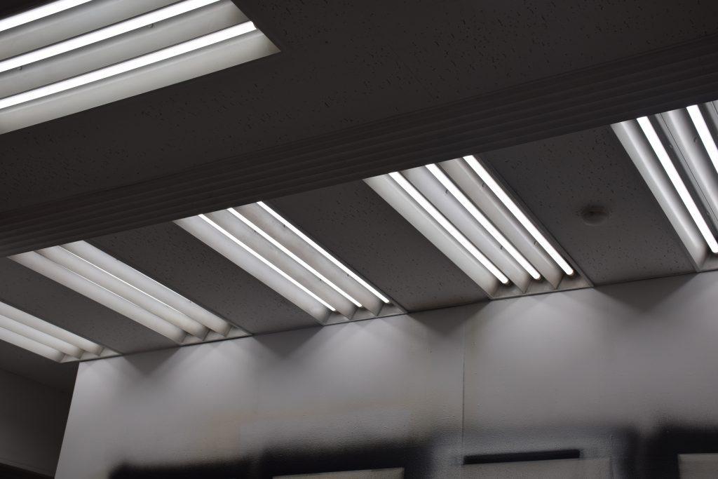 塗装スタジオは、色評価用蛍光灯(演色AAA)を採用