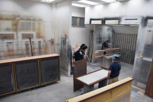 住居一軒分の造作家具を製造する。塗装スタジオでは2週間ほどの作業
