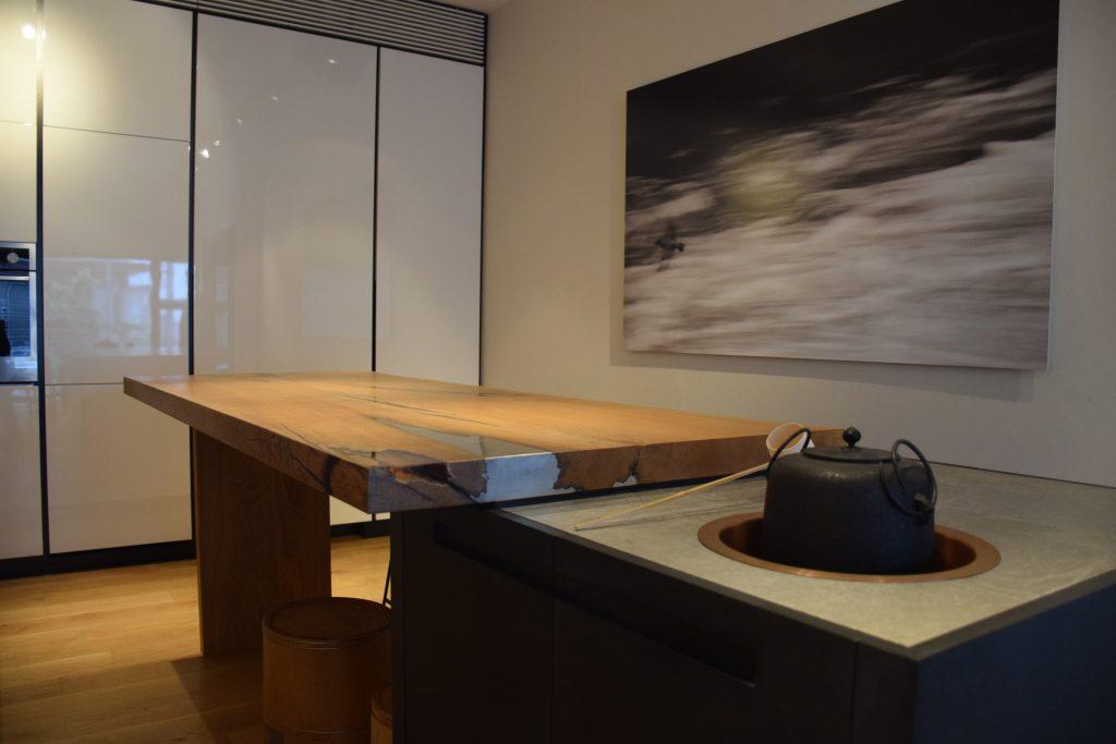 ニシザキ工芸では本社にショールームを用意。実際に製作した家具が並ぶ