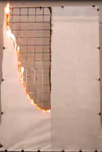 「ランデックスコート 難燃クリア」塗布(右) と未塗布(左)の障子紙燃焼試験