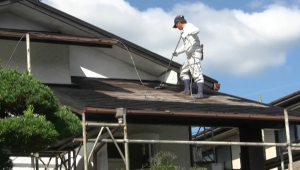 「平面用」を使い屋根を塗装中。作業負担を低減