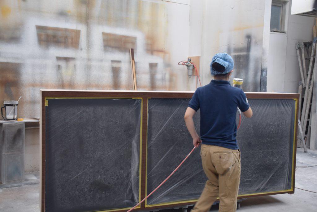 女性も活躍中。ニシザキ工芸では1日の塗装時間は短い
