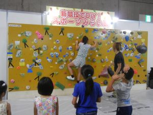 「こども・未来ゾーン」では塗装したアイテムを手掛かりに子供たちがボルタリングに挑戦